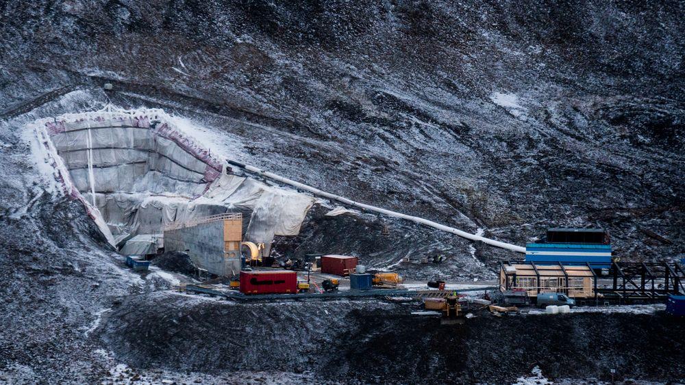 KLIMASIKRES: Slik er anleggsplassen ved Svalbard Globale Frøbank, eller Frøhvelvet i disse dager. Fyllingen rundt det ikoniske inngangspartiet erstattes av en helt ny tunnel med innlagte fryserør. Tekniske funksjoner flyttes til servicebygget, til høyre i bildet.