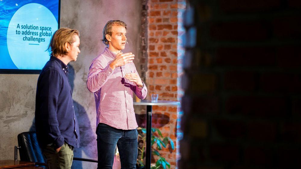 Matserstudentene Ola Thorund Jacobsen og Jonas Dammen presenterer resultater fra blockchain prosjektet  med Equinor «Shaping the future of Energy» under Oslo Innovation Week.