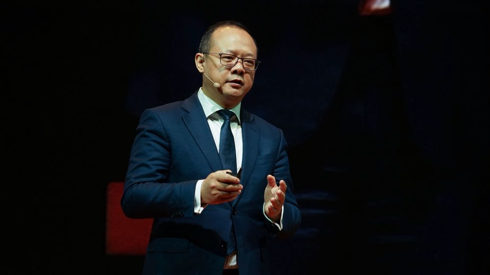 Leder for Huawei i Vest-Europa, Vincent Pang, forteller at selskapet lanserer sin 5G-mobil under Mobile World Congress i Barcelona i februar.