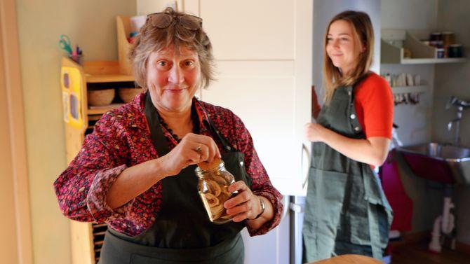 Astrid Sund og Vara Bibikova jobber tett sammen med å redusere bruken av plast og andre miljøskadelige materialer i barnehagen. På kjøkkenet serveres det stort sett økologisk mat.