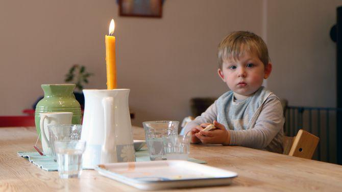 Frokosten er en rolig stund i Askeladden Steinerbarnehage. Nå får alle barna tilbud om havregrøt i stedet for yoghurt hjemmefra.