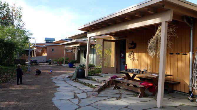 Barnehagen flyttet inn i sitt nybygde, miljøvennlige hus i 2007. Her tilbringer barna dagene i lyse, hjemmekoselige og trivelige omgivelser.