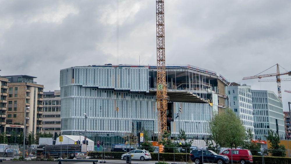 Biblioteksbygget fra utsiden. Bildet er tatt i september.