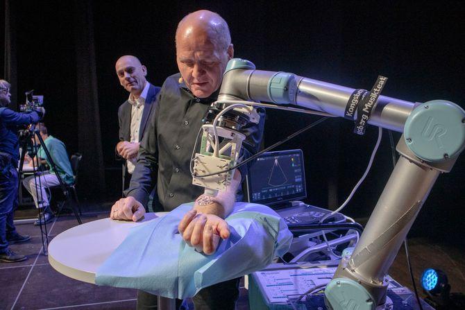 Her undersøkes Sigve Brekke av en robot som styres av helsepersonell, via 5G-nettet. Ekstremt lav forsinkelse er essensielt for denne typen bruksområder.