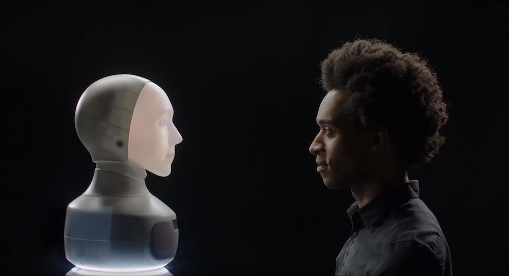 Systemet projiserer en animasjon fra nakken til roboten til ansiktet.
