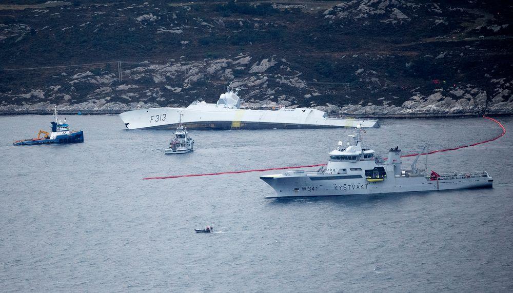 Den norske fregatten KNM Helge Ingstad ligger med stor slagside etter kollisjonen med tankskipet Sola nær Stureterminalen i Øygarden.