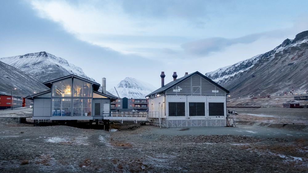 Fyrhusene og reserveaggregatene på Svalbard er drevet på diesel, men har ikke nok kapasitet dersom kullkraftverket får en uventet stans. Nå skal de erstattes - av nye dieselmotorer.