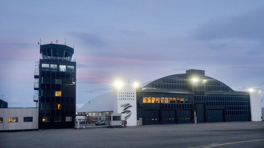 Svalbard lufthavn er dekket av solceller og bidrar dermed til effektproblemene i strømnettet i Longyearbyen.