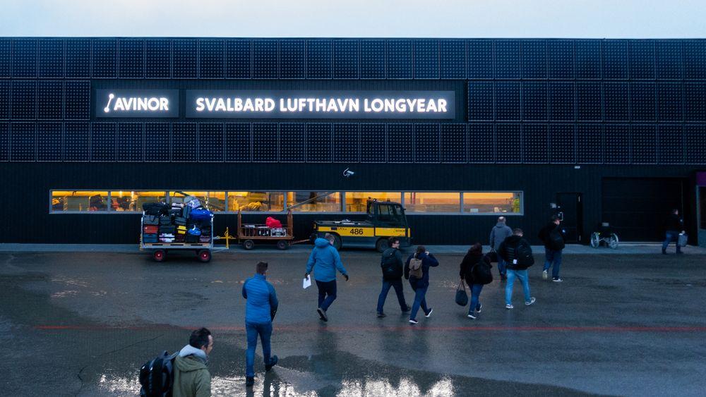 Flyplassen i Longyearbyen er dekket av solceller. For mye uregulérbar kraft fra sol og vind kan forstyrre effektbalansen i nettet og skade turbinene i kraftverket. Longyearbyen har per i dag ikke batterier eller andre måter å regulere effekten på.