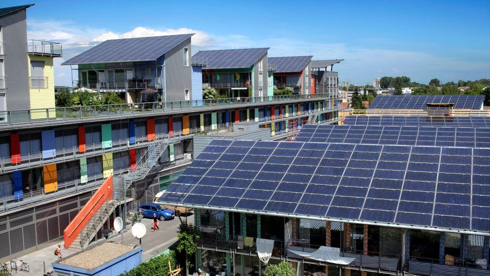 Selger strøm: De nyeste byggene i Vauban har sydvendte skråtak med solceller. Tidvis produserer disse mer enn byggene bruker og strømmen ledes til andre strømkunder.