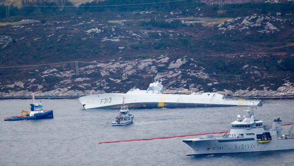 Målet er å få KNM Helge Ingstad over på en lekter som skal frakte fregatten til Haakonsvern.