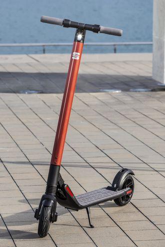 Sparkesykkelen er nær identisk med Segways Ninebot ES2-sparkesykkel.