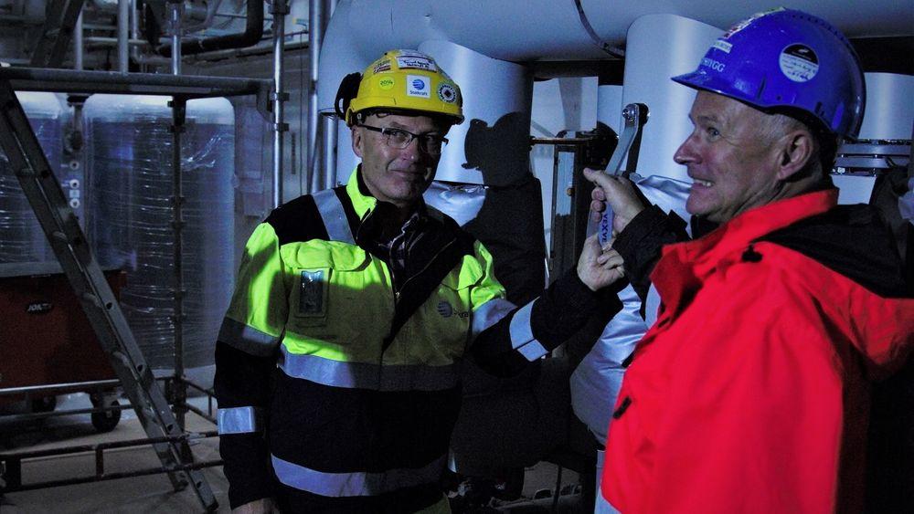 Med et håndgrep sender Tormod Gevelt og Per Roar Nordby fjernvarme til hele Campus Ås.