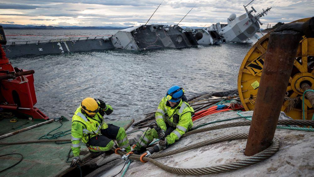 KNM Helge Ingstad er sikret med vaiere. Bergingen og Havarikommisjonens rapport vil kunne drøye lenge.