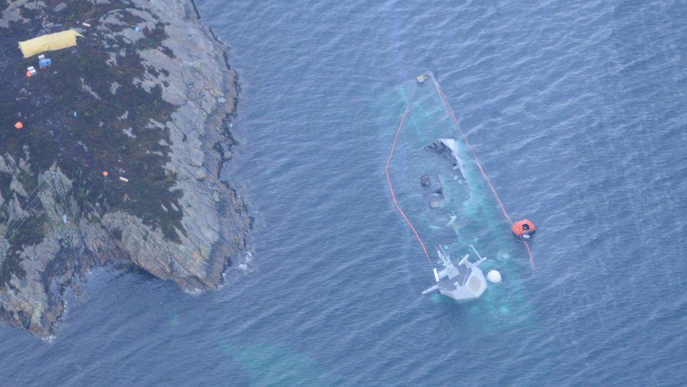 Fregatten Helge Ingstad ligger nå nesten under vann. Flere vaiere som har holdt fregatten på plass, har røket.