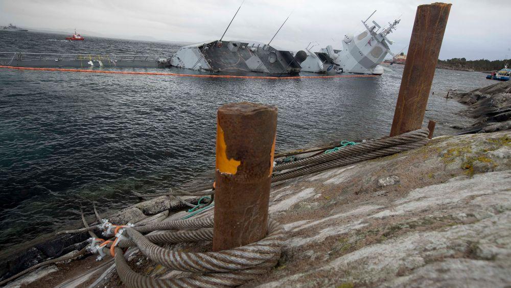 Bergingseksperter mener man burde brukt kjetting og ikke vaiere for å sikre KNM Helge Ingstad. I moges sank fregatten etter at sikringen røk.