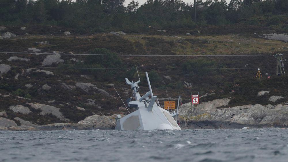 Lite av den havarerte fregatten KNM Helge Ingstad er synlig over vann, etter at vaierne som sikret vraket løsnet tirsdag. Flere bergingseksperter stiller seg undrende til at det ikke ble brukt kjetting.