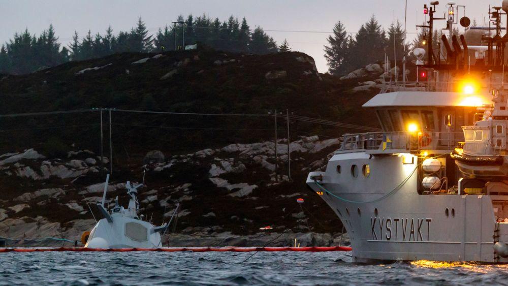 Det pågår kontinuerlig arbeid rundt den havarerte fregatten KNM Helge Ingstad. Havaristen er så vidt synlig over vannskorpen etter at skipet sank ytterligere tirsdag.