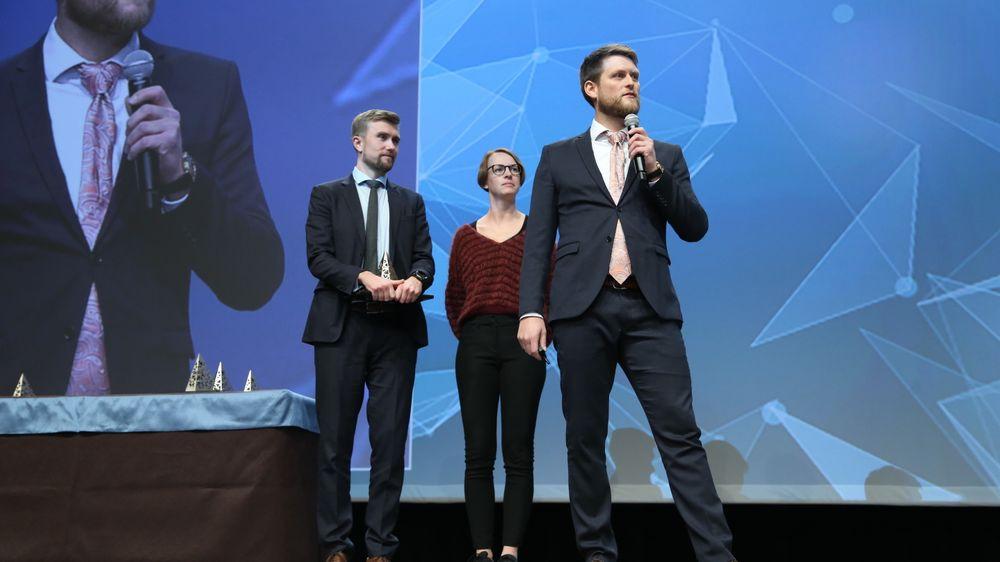 Torgeir Midthun Fadnes fra Cowi, Eva Eriksson fra Nordic Office of Architecture og Kristoffer Tungland fra Cowi representerte vinnerteamet på scenen i Las Vegas.