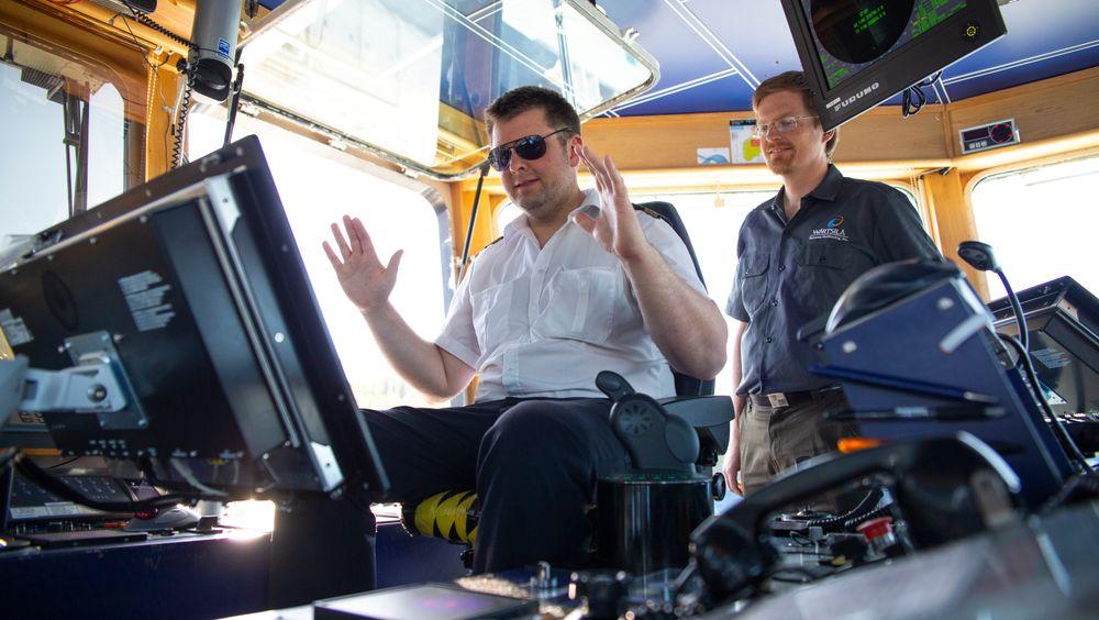 Kapteinen kan slippe hendlene og la autodokkingsystemet legge MF Folegfonn til kai på egen hånd.