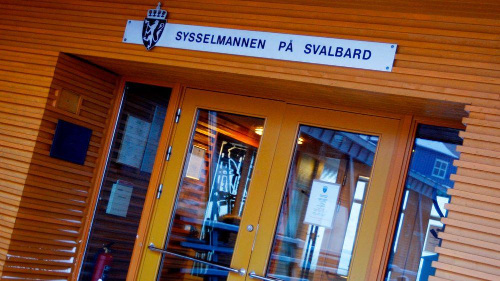 Sysselsmannen på Svalbard har ilagt en estisk tråler bot for brudd på tungoljeforbudet i verneområdene rundt Svalbard.