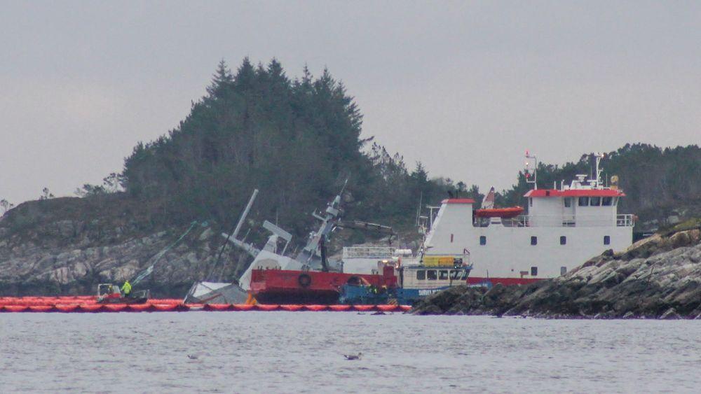 Den havarerte fregatten KNM Helge Ingstad er søndag i stor bevegelse og det pågår fortsatt sikringsarbeid på stedet der den ligger, ifølge Forsvaret.  Foto: Jørgen Eide / NTB scanpix