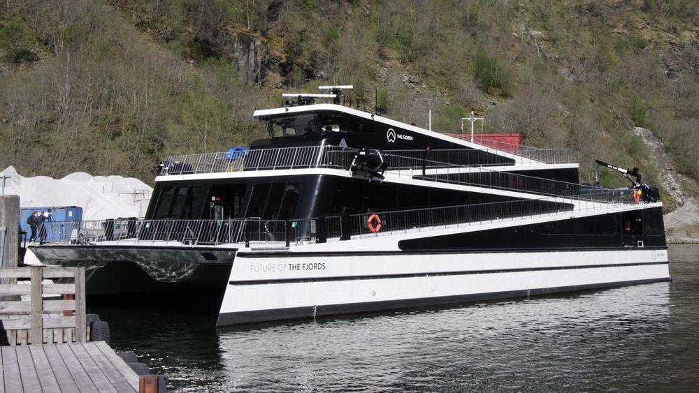 Future of the Fjords i Gudvangen. Nå skal turistskipet få en identisk søster, Legacy of the Fjords, som skal gå i Oslofjorden. Den blir 100 % elektrisk og kan an seile i 16 knop i 2,5 timer med 400 turister. Bygget av Brødrene Aa med karbonfiber.
