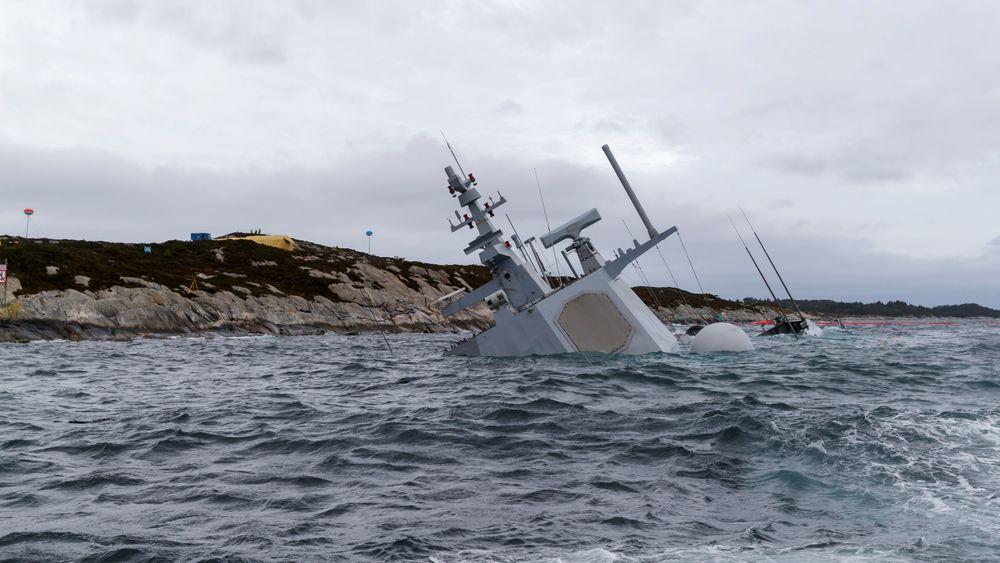 Den havarerte fregatten KNM Helge Ingstad fotografert onsdag 14. november. En amerikansk offiser som var om bord under havariet skal avhøres av politiet.