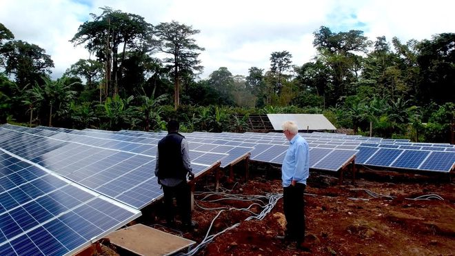 Stein (72) har forsynt tre landsbyer i Afrikas jungel med solceller. Målet er 89 til