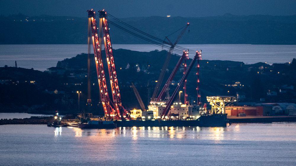 Kranbåten «Gulliver» skal bidra til å løfte KNM Helge Ingstad opp av vannet. Nå ligger den til kai ved Hanøytangen på Askøy i Hjeltefjorden, hvor den blir klargjort til redningsoperasjonen.
