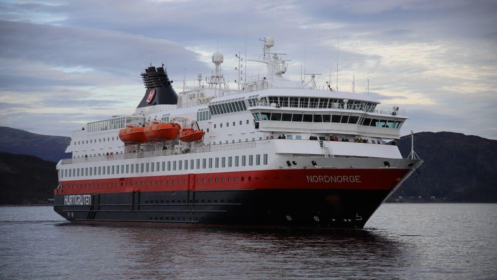 MS Nordnorge på vei til kai i Ålesund.