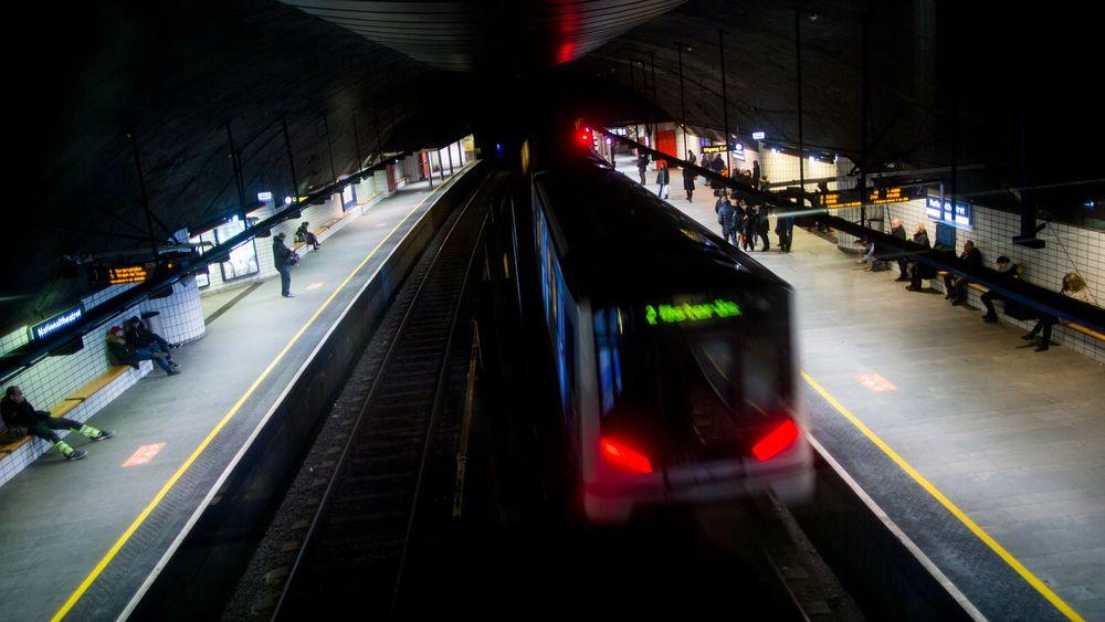 T-banen kjører inn på Nationaltheatret stasjon. Nå skal Oslos T-banenett få en ny tunnel.