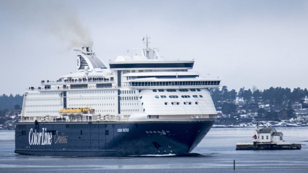 Her passerer Kiel-fergen Color Fantasy Dyna fyr på vei inn Oslofjorden.