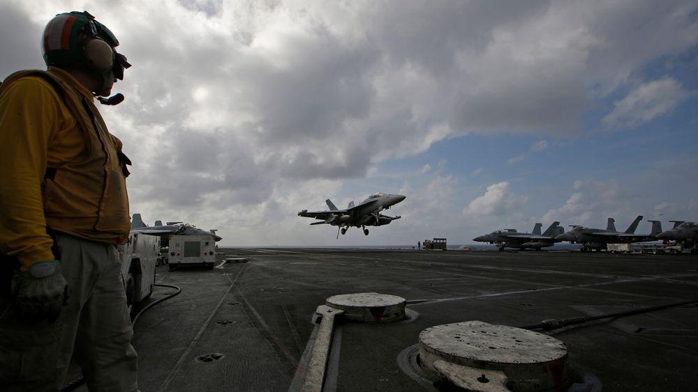 Et F/A-18 Super Hornet-kampfly lander på USS Ronald Reagan i Sør-Kinahavet tirsdag 20. november.