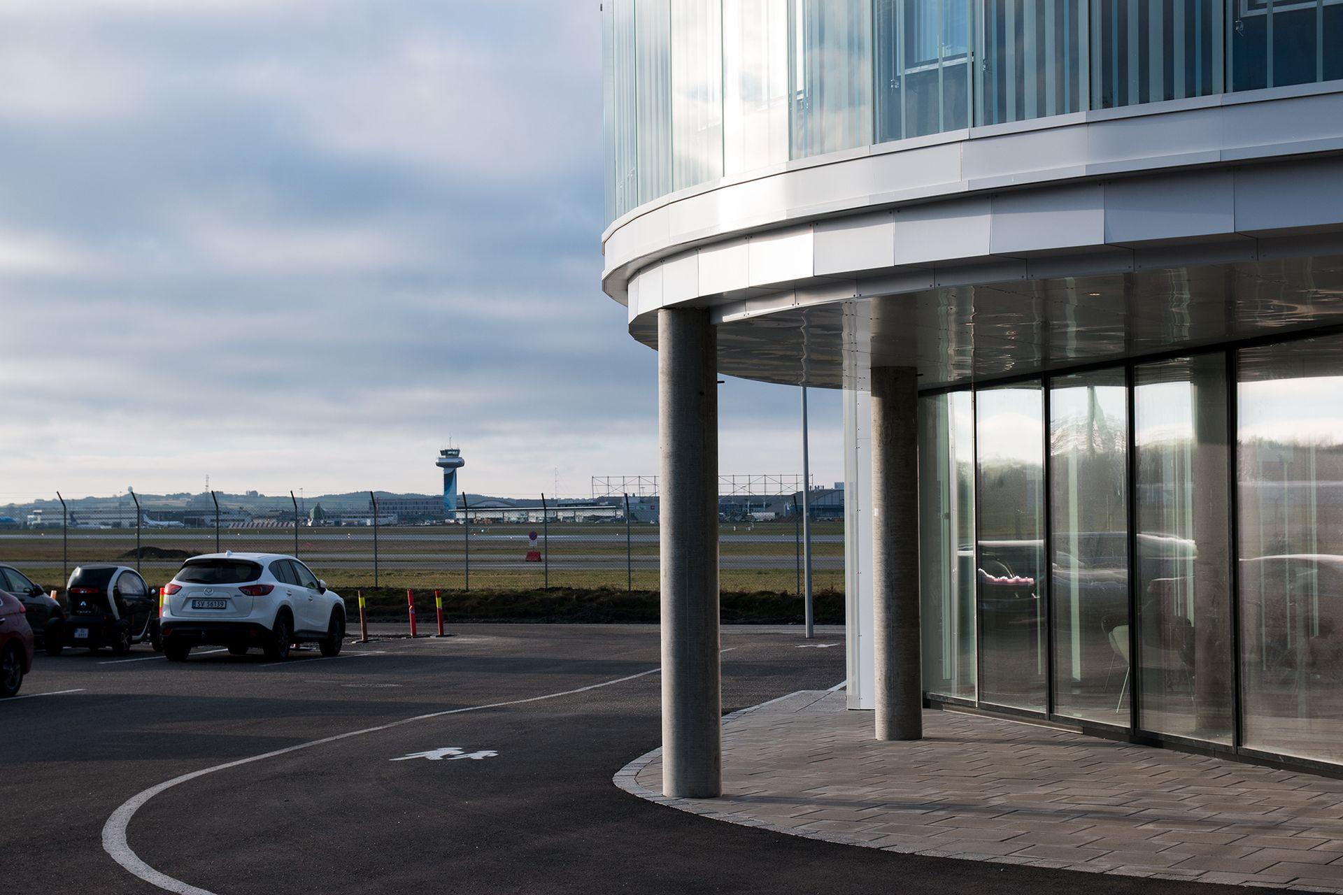 Bygget ligger rett inntil Sola flyplass.