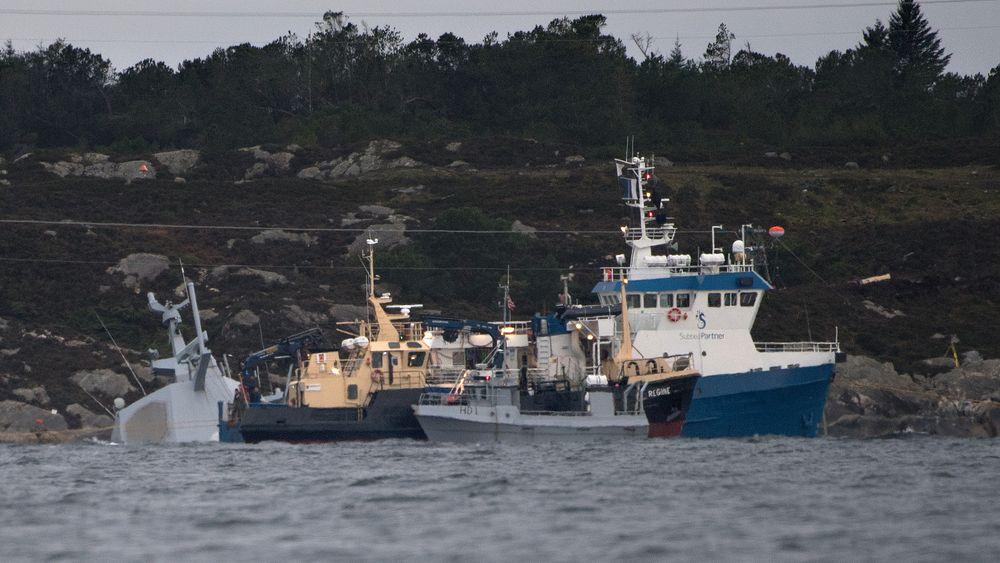 Arbeid med den havarerte fregatten Helge Ingstad fredag formiddag i Hjeltefjorden utenfor Bergen.