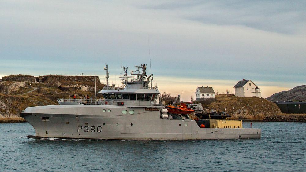 KNM Olav Tryggvason kolliderte med en liten båt søndag.