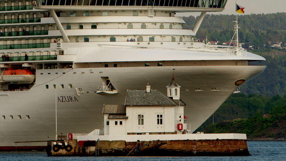 """Cruiseskipet """"Azura"""" passerer Dyna Fyr i Oslo mandag kveld. Foto: Stian Lysberg Solum / NTB scanpix."""