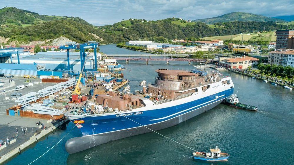 Skroget til Norwegian Gannet bukseres utenfor verftet Astilleros Balenciaga i Spania våren 2018. Fartøyet skulle være det første fartøyet i den historiske dokken som har sunket på Sotra.