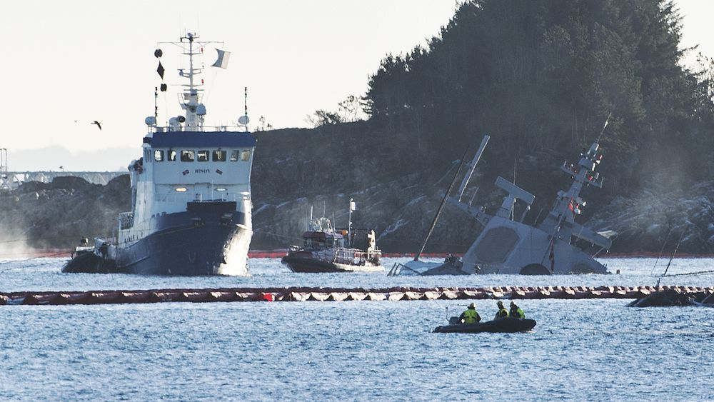 Arbeidet med å fjerne drivstoff fra havarerte Helge Ingstad fortsatte mandag. Foto: Marit Hommedal / NTB scanpix