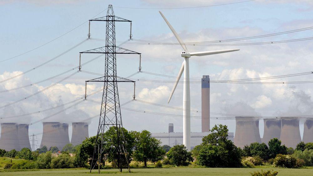 Vindturbin ved Drax kullfyrte varmekraftverk i Nord-England. IEA spår at vind vil overta som den største kraftkilden på  kloden i løpet av 10 år.
