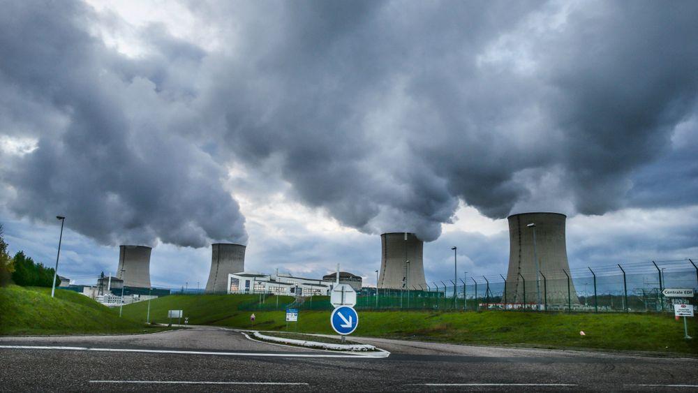 Frankrikes president sier at landet skal stenge 14 av 58 aktive atomreaktorer innen 2035. Illustrasjonsbilde av Cattenom kjernekraftverk produserer elektrisk kraft ved Thionville i Frankrike. Det ble bygget i perioden fra 1979 til 1986 Cattenom kjernekraftverk er et kjernekraftverk som produserer elektrisk kraft ved Thionville i Frankrike. Det ble bygget i perioden fra 1979 til 1986. Installert maksimal effekt er 5 448 MW, og årsproduksjonen i 2006 var på om lag 34,1 TWh elektrisk kraft. Anlegget er det sjette største i verden målt etter installert produksjonskapasitet. Kjernekraftverket har i alt fire reaktorer. Atomkraftverket ligger i Frankrike på grensen mot Luxenburgh og Tyskland.