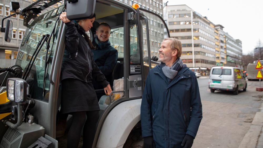 Prosjektleder Bjørn Kummeneje (til høyre) skal følge opp de ambisiøse miljømålene til byrådene Lan Marie Nguyen Berg (MDG) og Kjetil Lund (AP) for en av Oslo sentrums mest trafikkerte gater.
