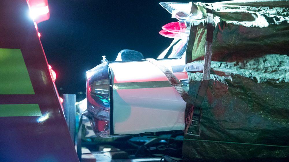 Bilen som kolliderte, på vei til undersøkelser ved veistasjonen på Notodden etter ulykken.