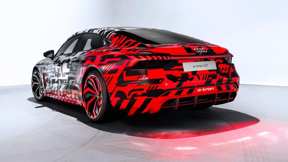 Audi E-Tron GT vises med den karakteristiske E-Tron-kamuflasjen.