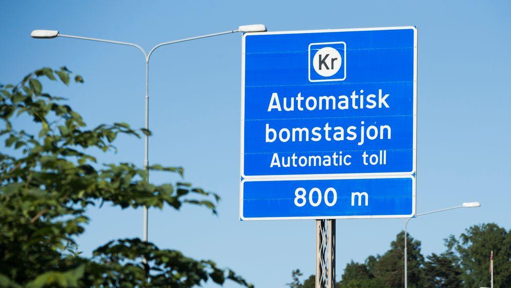 Bomstasjonen på E18 ved Lysaker. Nå blir de nye bomstasjonene i Oslo og Bergen forsinket med tre måneder.