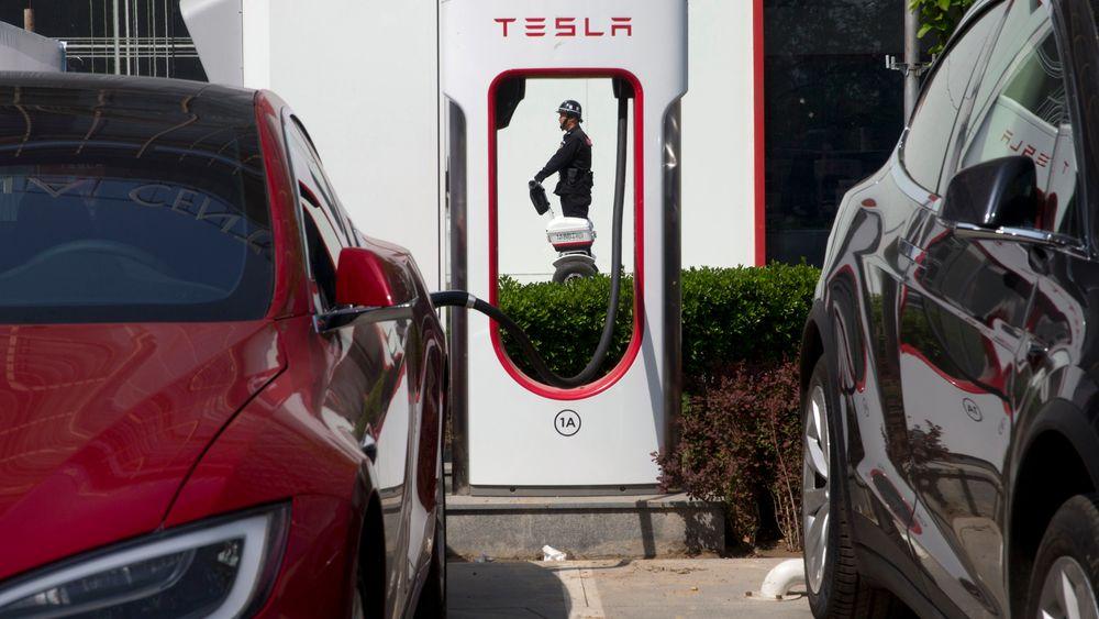 En Tesla-ladestasjon i Beijing.