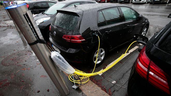 Flertall på Stortinget for å gi elbiler halv pris på parkering