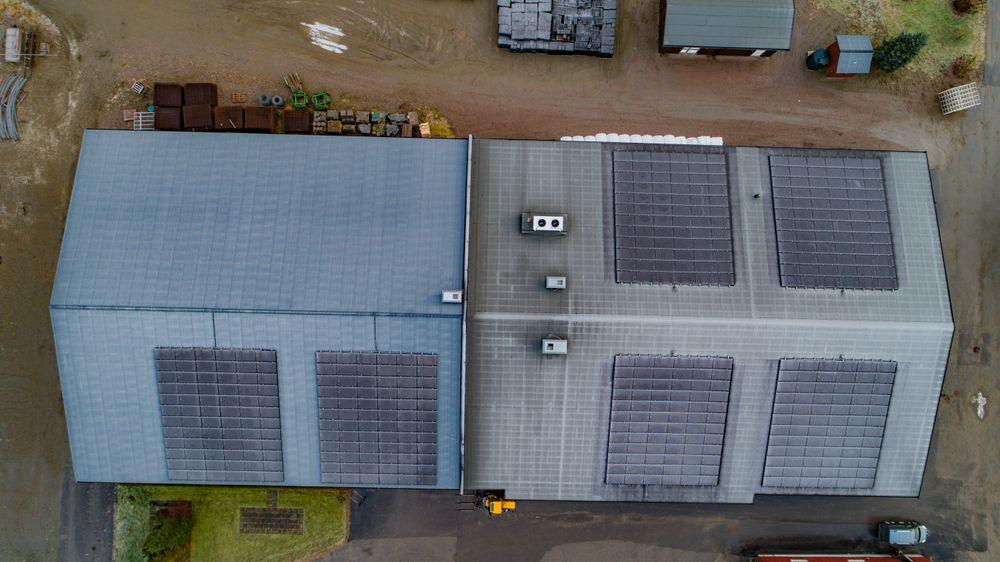 Stort overskudd: I juni og juli leverte disse solcellepanelene en opp i en overproduksjon på hele 400 kW på grunn av lite behov for ekstra varme. I fremtiden håper en å kunne lagre denne energien.
