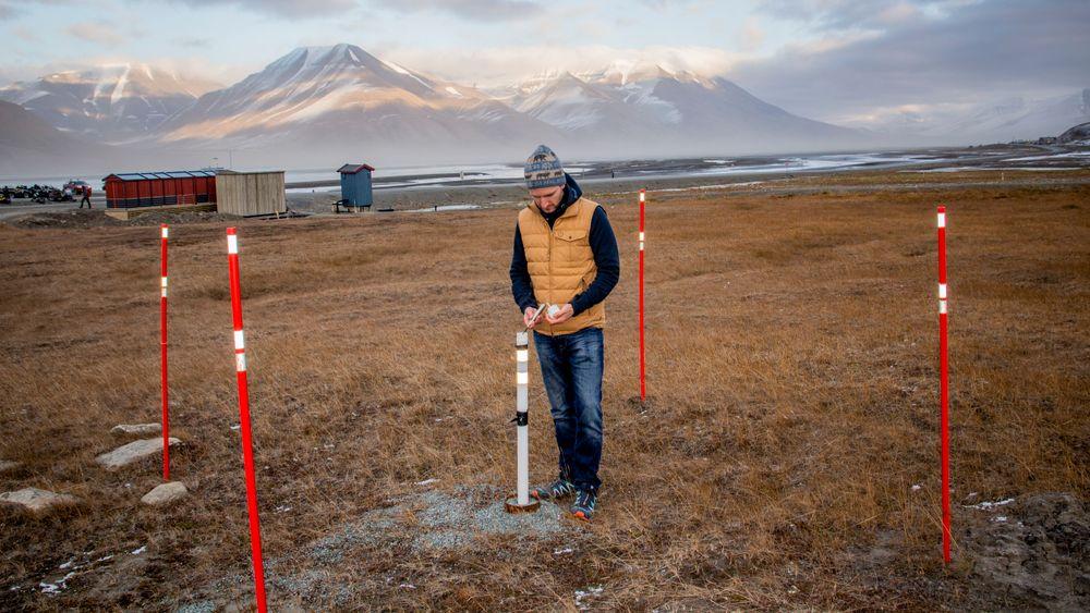 Forsker Graham Gilbert måler temperaturen i permafrosten i Longyearbyen. Temperaturmålere er utplassert i borehull i bakken en rekke steder på Svalbard og i andre arktiske områder.